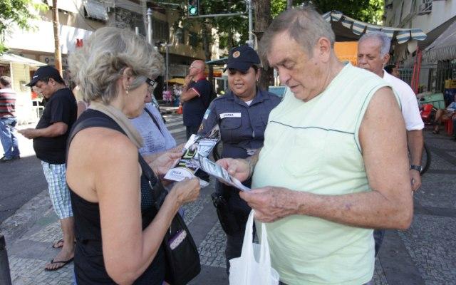 Sem os cartões, moradores recebem somente uma cartilha informativa da nova unidade   Foto: Clarice Castro