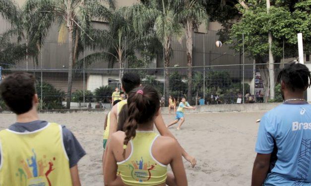 Programa de adoção de praças ajuda a formar talentos do vôlei de praia na Tijuca