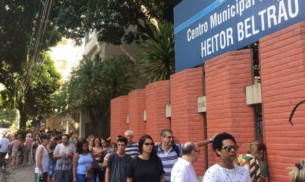 Com longa fila, posto da Tijuca distribui senha para vacinação