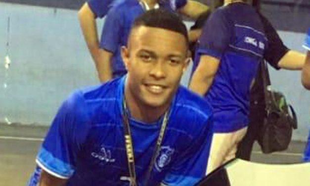Estudante morre atingido por bala perdida em ponto de ônibus na Tijuca